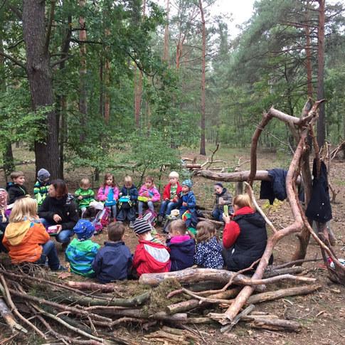 """9h - Les enfants arrivent et se regroupent dans le cercle d'accueil pour le rituel du """"quoi de neuf?"""". La journée commence par le véritable """"accueil"""" de tous."""