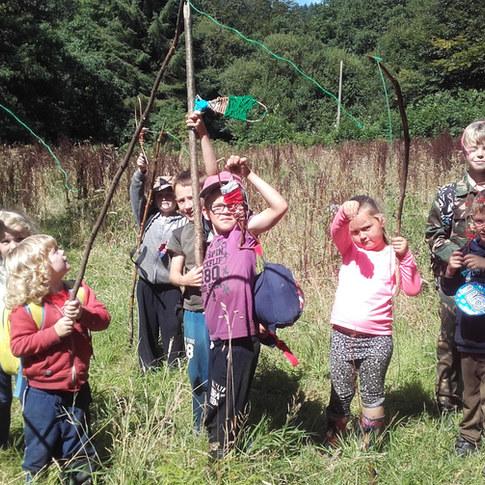 16h - Après un rassemblement du groupe autour du cercle et un moment de partage et de réflexion, les enfants s'apprêtent à retrouver leurs familles. >Ils rassemblent leurs affaires et leurs créations.