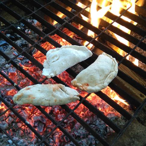 12h30 - Repas partagé autour du feu. Selon le contexte, les enfants ont parfois la possibilité de participer à la préparation du repas.