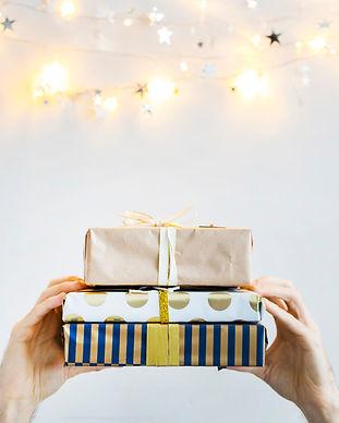 manos-cajas-regalo-cerca-luces-colores-a