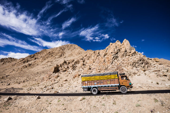 colorful-truck-indian-himalayas_78361-83