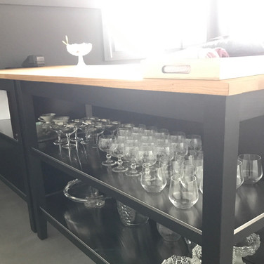 Party room, the new island with champagne and wine glasses. Neue Kücheninseln mit viele Weingläser.