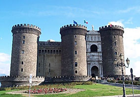 Bike tours and visit castle Maschio Angioino, by irentbike.com