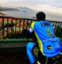 Ammirando il Vesuvio dopo averlo scalato, con irentbike.it