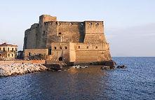 """Visita al Castel dell'Ovo durante il tour in bici """"Cartolina di Napoli"""" di irentbike.it"""