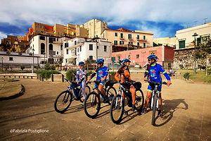 Rione Terra di Pozzuoli in visita durante il bike tour di irentbike.it