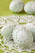 Weiß gestickte Eier