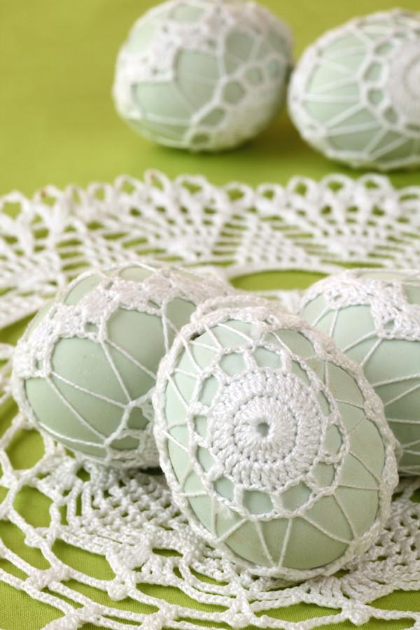Белая вышитая яйца