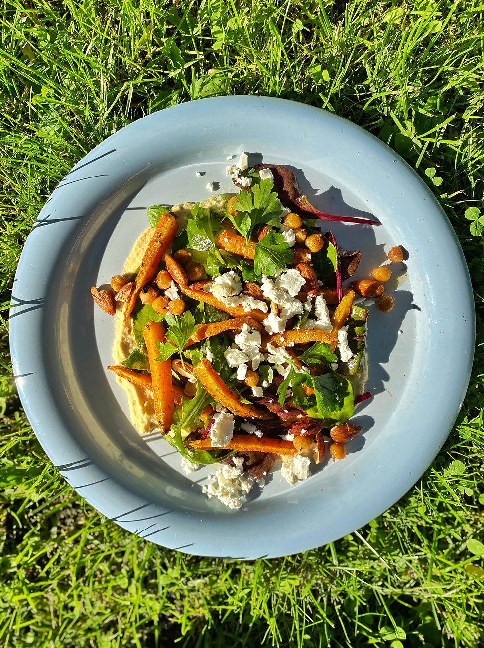 Marokkolaisittain maustetut porkkanat, salaattia, hummusta ja fetaa