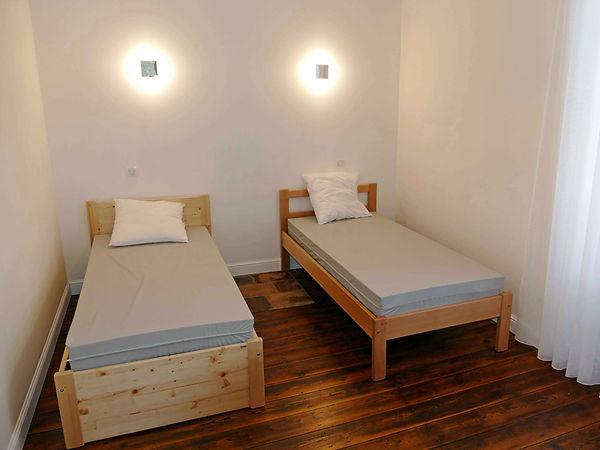 Chambre moderne de 4 lits lumineuse avec parquet