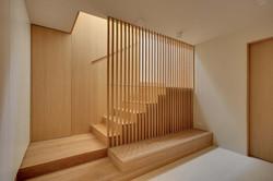 Escalera de madera con pared forrada