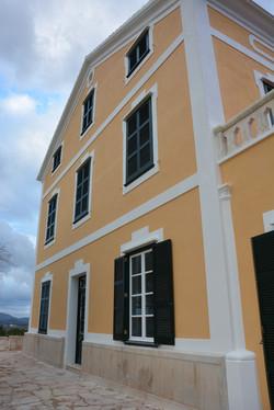Conjunto de puerta y ventanas con persianas color verde Menorca