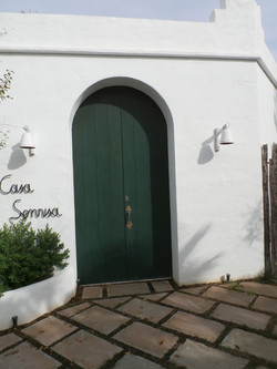 Puerta exterior curvada lacada en verde estilo Menorca