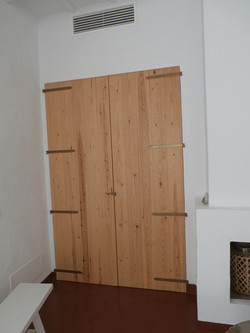 Puerta estilo rústico con herrajes tradicionales