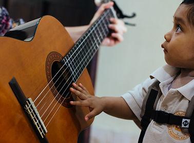 Diomel Toca Guitarra.jpg
