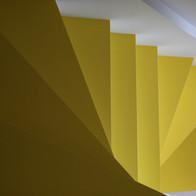 Gelbe Treppen mit Spezialbeschichtung.