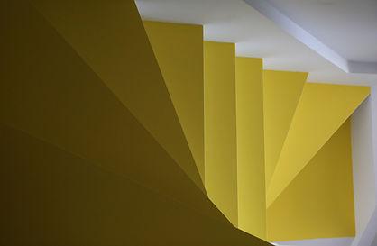 photo d'un escalier jaune.
