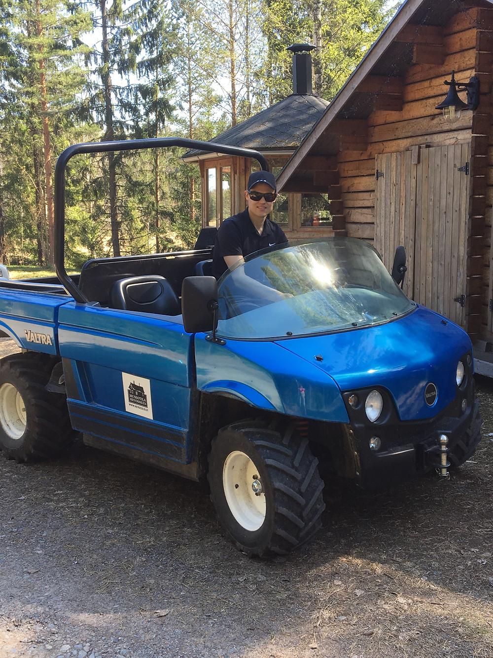 Jaakko vastaanotti viime kesänä leiriläisiämini-traktorilla