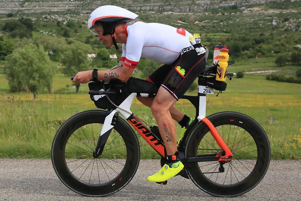 Olli vauhdissa 180 km pyöräilyosuuden harvinaisella tasamaan osuudella.