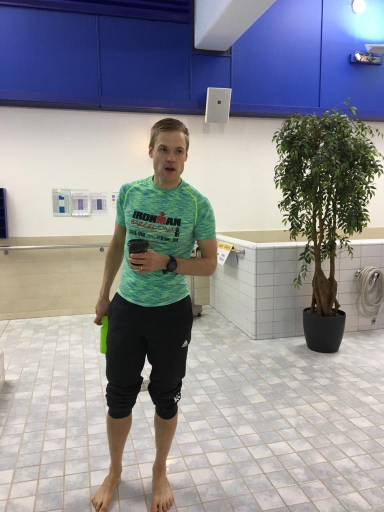 Valmentajamme Jaakko valmiina ohjaamaan vauhdikkaan uintiharjoituksen