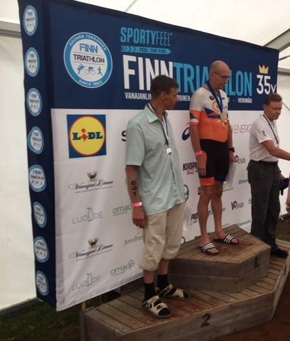 Seppo Aaltonen korkeimmalla korokkeella SM-kilpailujen palkintojenjaossa.