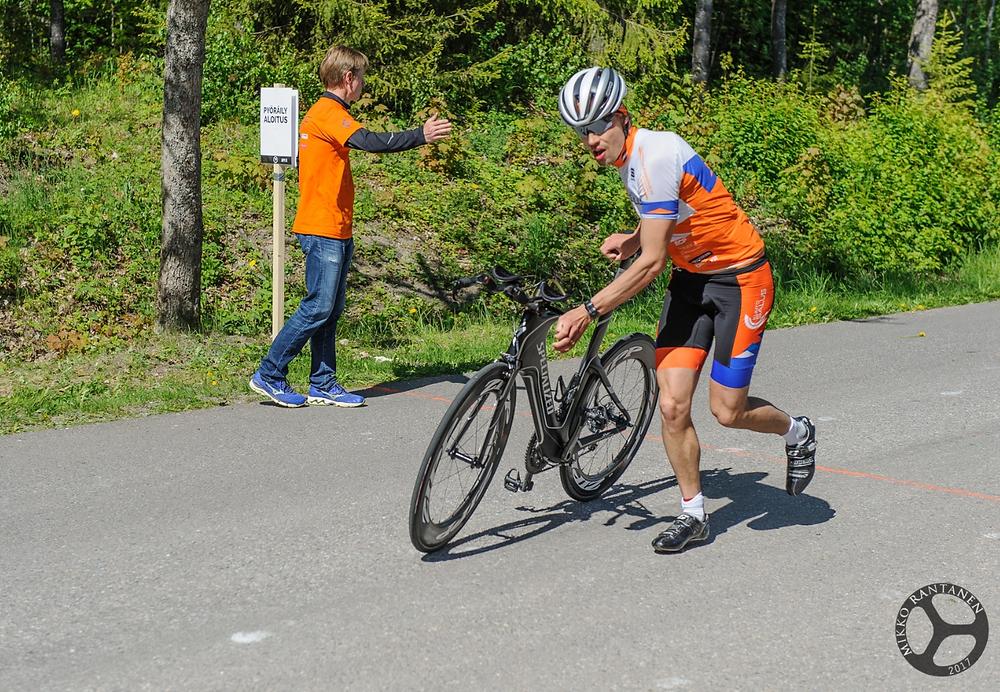 Samuli Heikkilä viime vuoden Tuusulanjärvi Triathlonin pyöräosuuden jälkeen