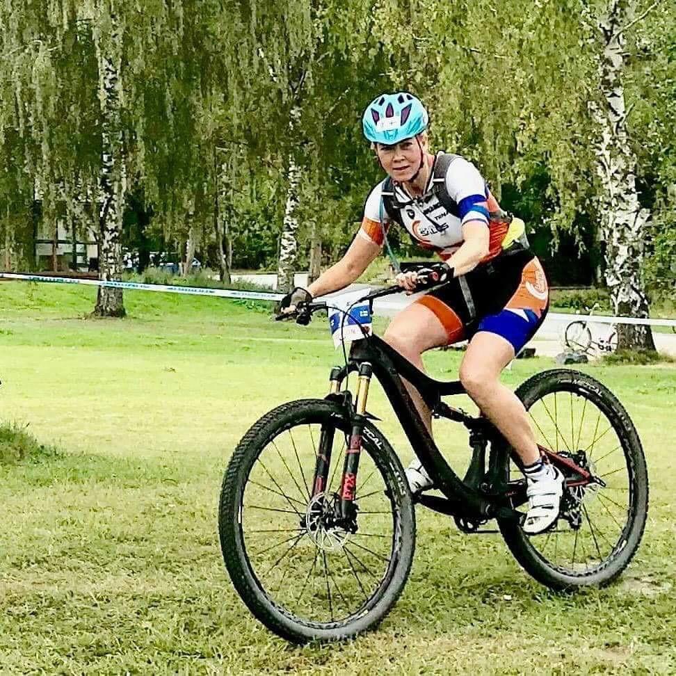 Tiina Toivonen vauhdissa uudella Pivot-pyörällään.