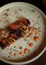 Chocolate Fudge, crumble de café y maracuyá.