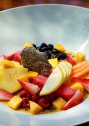 Bowl de frutas de la temporada, maracuyá y teja de chía.