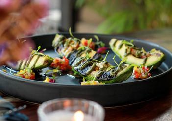 Aguacate a la brasa, salpicón vegetal con queso feta y pesto de cilantro