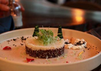 Ensalada de Quinoa roja, cous cous, caviar de pepino en escabeche, melón, tierra de aceitunas y cremoso de cabra.