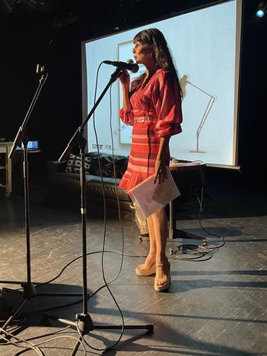 המשוררת נלי אביטול פישר מקריאה את שירה שפורסם באנתולוגיה יום ההשראה .HEIC