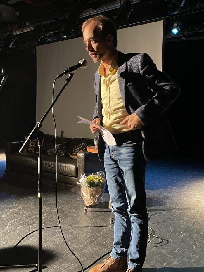 המשורר נחי וייס בהשקת אנתולוגייה תשוקה יום ההשראה 2021 בתאטרון .HEIC