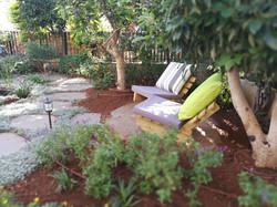 פינת ישיבה מתחת לעצים