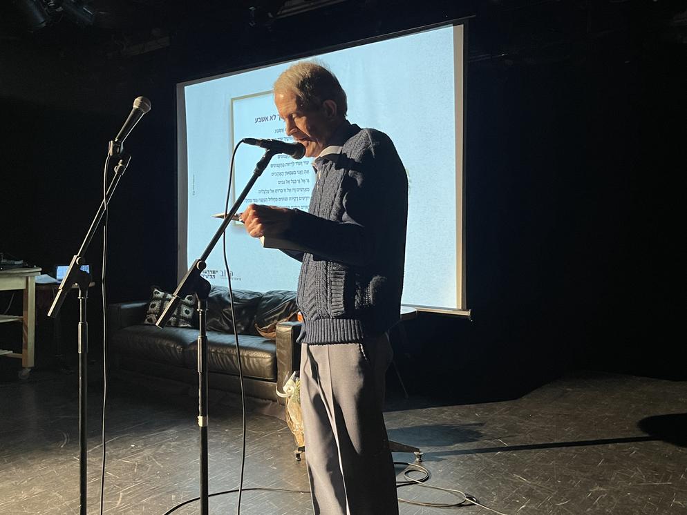 חיים ספטי מקריא את שירו שפורסם באנתולוגיה יום ההשראה בסימן תשוקה .HEIC