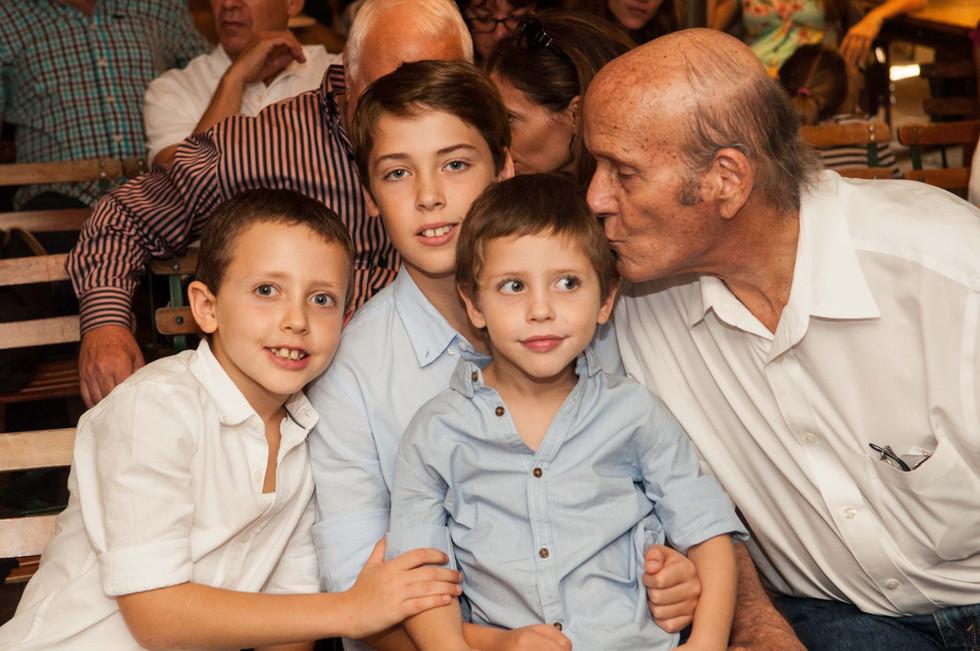 08 סבא ידלין עם הנכדים.jpg