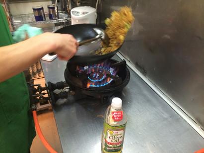 焼きそばの油はオリーブオイルを使用しています