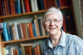 Liz-Chipchase-with-bookshelf-behind
