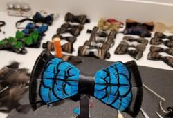 Noeuds papillon en plumes