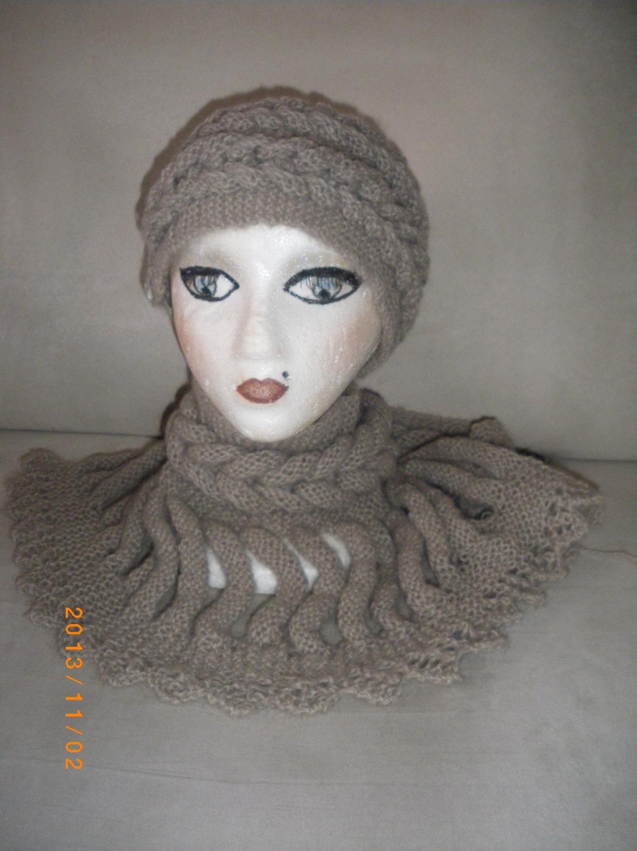 Chapeau et foulard assortis.