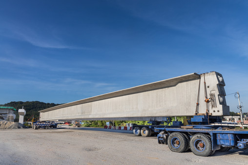 truck-transport-pre-fabricated-concrete-beam-to-co-6Q6787H.JPG