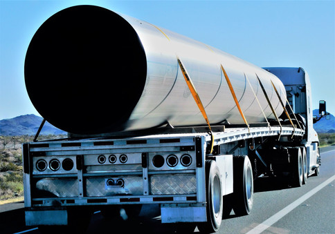 trucking-hauling-large-pipe-E9TRG3W.jpg