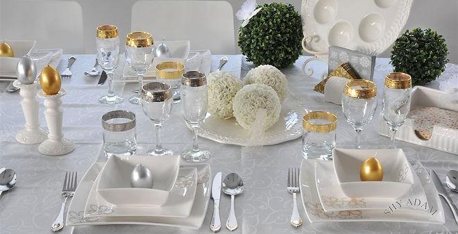 שולחן מעוצב לליל הסדר בצבעי כסף וזהב