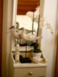 שחפים, מגדלור ופרח האורכידאה בלבן