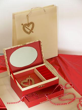 קופסת תכשיטים בצבע אדום ואריזת מתנה
