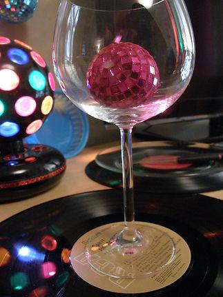 כוס יין ובתוכו כדור דיסקו על תקליט