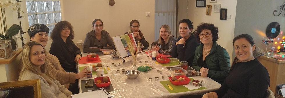 תלמידות מכינות שיפודי פירות ומתוקים