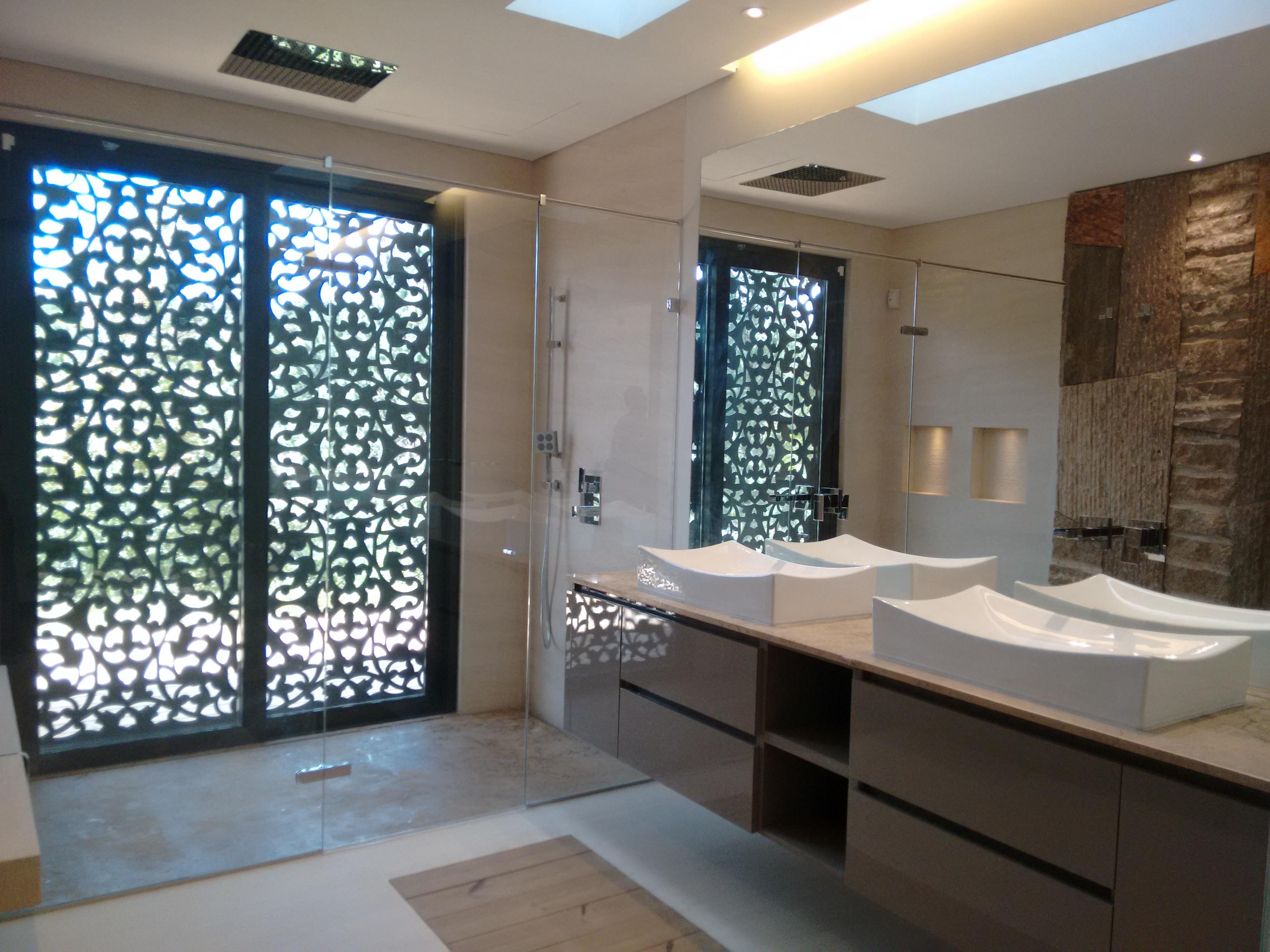 Baño con piedra de marmol rústico