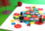 Imprimă acest joc de masă cu tema Crăciunului perfect pentru toată familia. Cine ajungeprimul în vârful bradului? Aveți nevoie doar de un zar și pioni! Distracție plăcută!