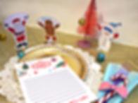 Decorează masa de Crăciun cu acesteelemente festive. Scrie meniulși numele persoanelor de la masă. Aranjează șervețelele folosind inelele speciale. Crăciun fericit!
